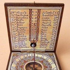 Antigüedades: RELOJ SOLAR DIPTICO CON BRÚJULA Y DECORACIÓN DE ROSA DE VIENTOS - ARTESANAL - IMPECABLE. Lote 203236950