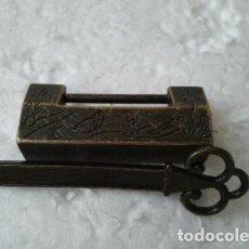 Antigüedades: RARO CANDADO METÁLICO DE COLECCIÓN. CERROJO EXTRAÑO CON LLAVE. IDEAL PARA COLECCIONISTAS DE CANDADOS. Lote 203246515