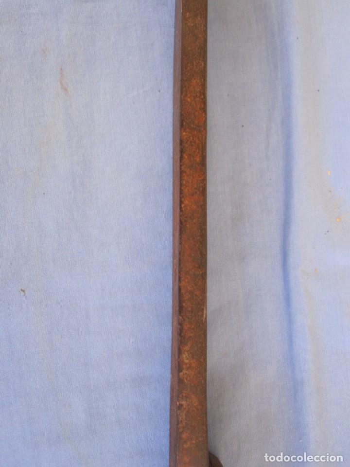 Antigüedades: CERROJO O TRABA DE PUERTA DE HIERRO FORJADO - Foto 3 - 203261791