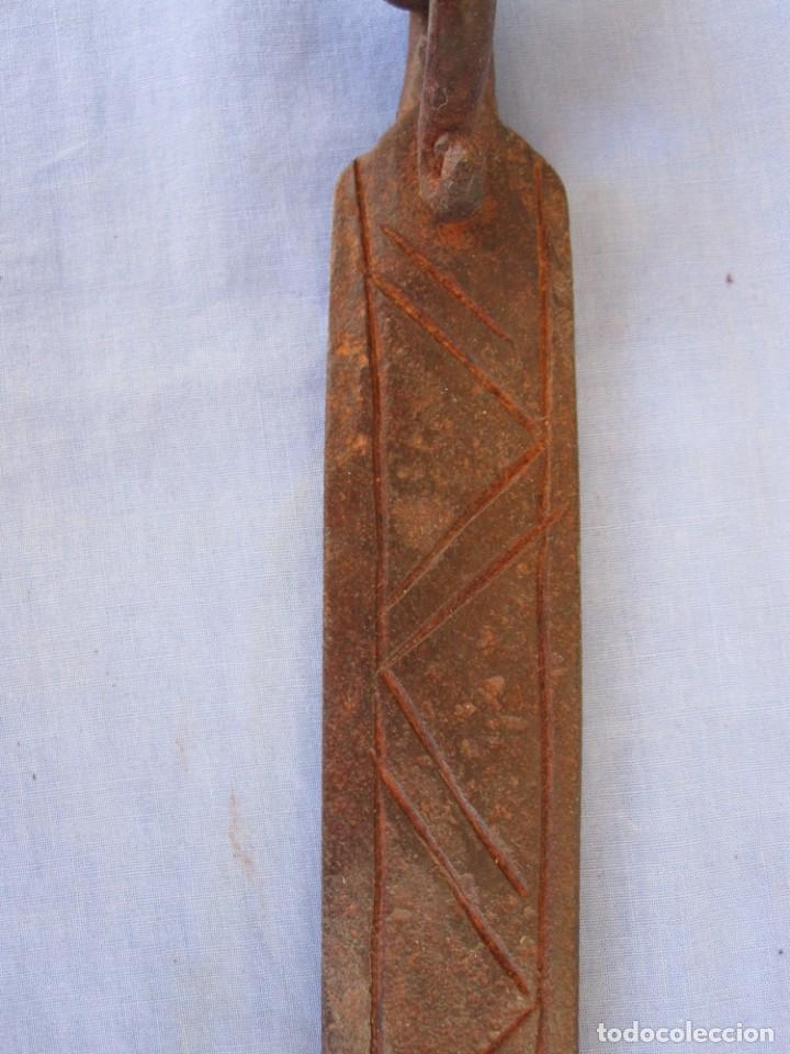 Antigüedades: CERROJO O TRABA DE PUERTA DE HIERRO FORJADO - Foto 6 - 203261791