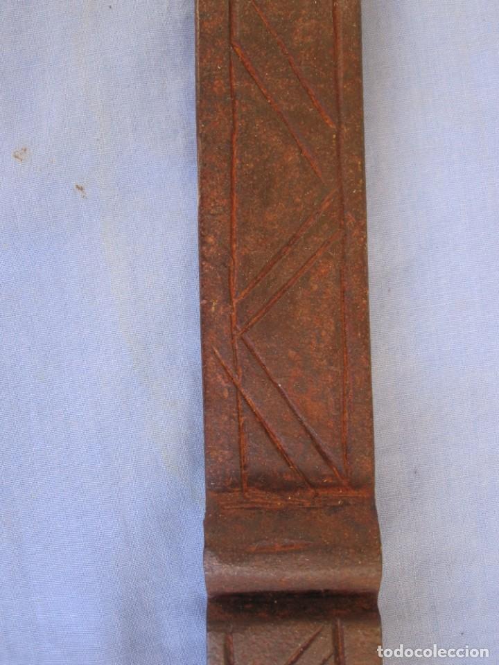 Antigüedades: CERROJO O TRABA DE PUERTA DE HIERRO FORJADO - Foto 7 - 203261791