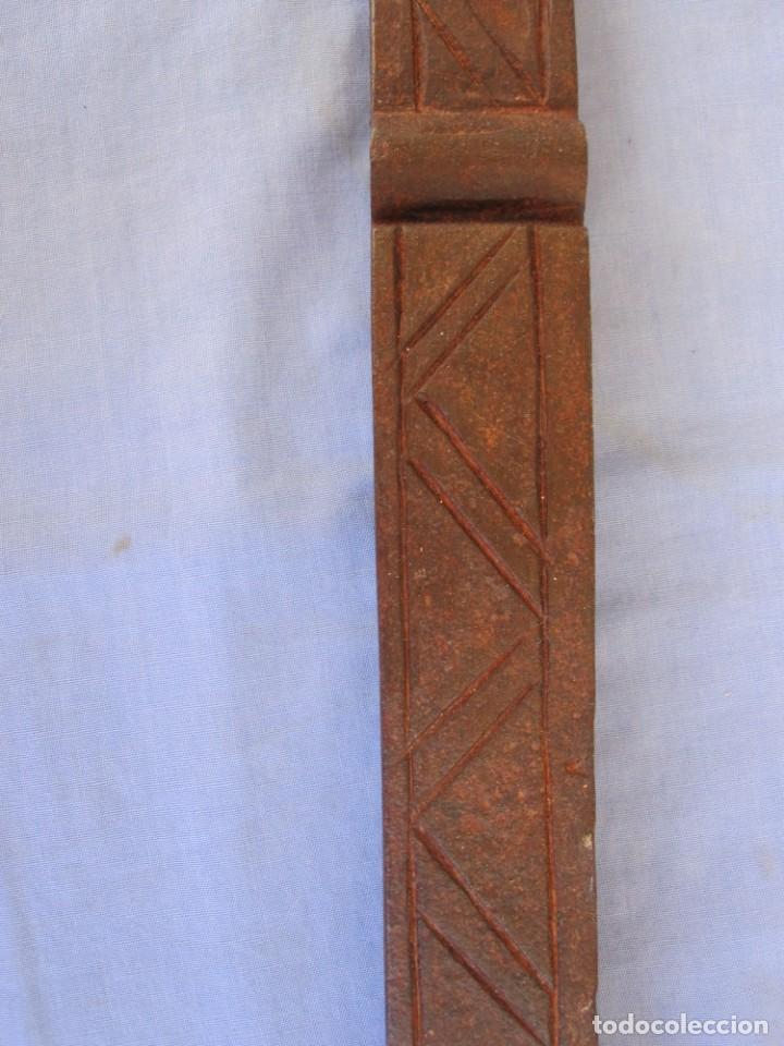 Antigüedades: CERROJO O TRABA DE PUERTA DE HIERRO FORJADO - Foto 8 - 203261791