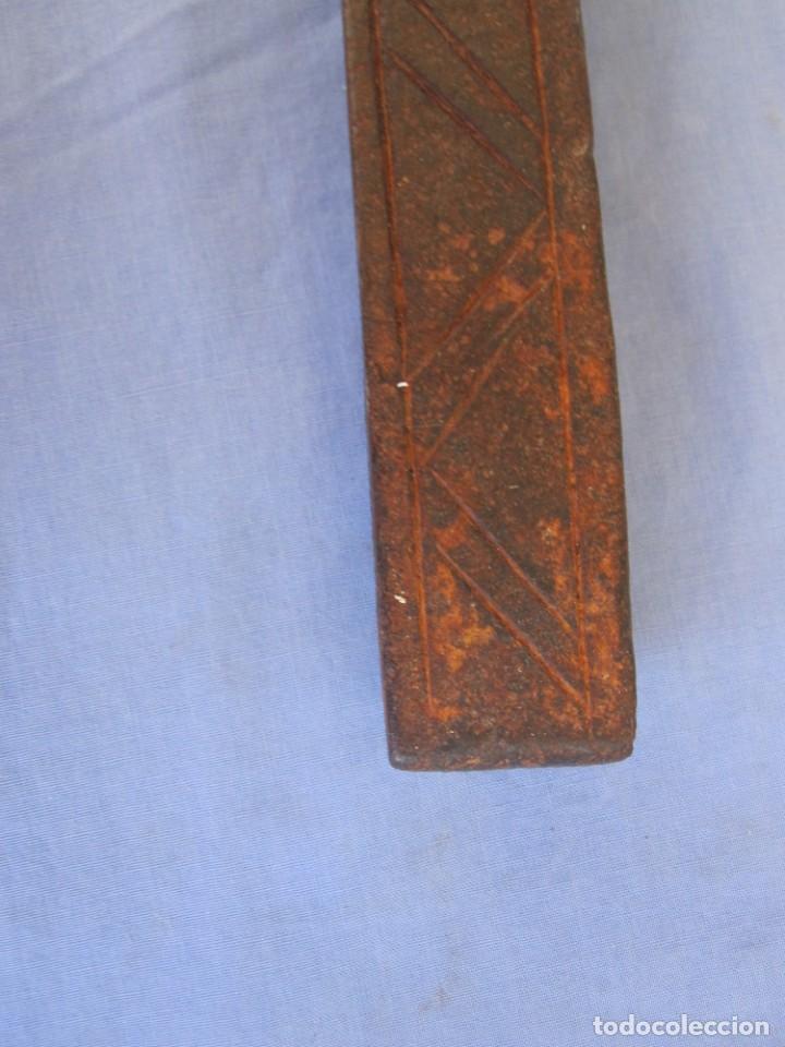 Antigüedades: CERROJO O TRABA DE PUERTA DE HIERRO FORJADO - Foto 9 - 203261791