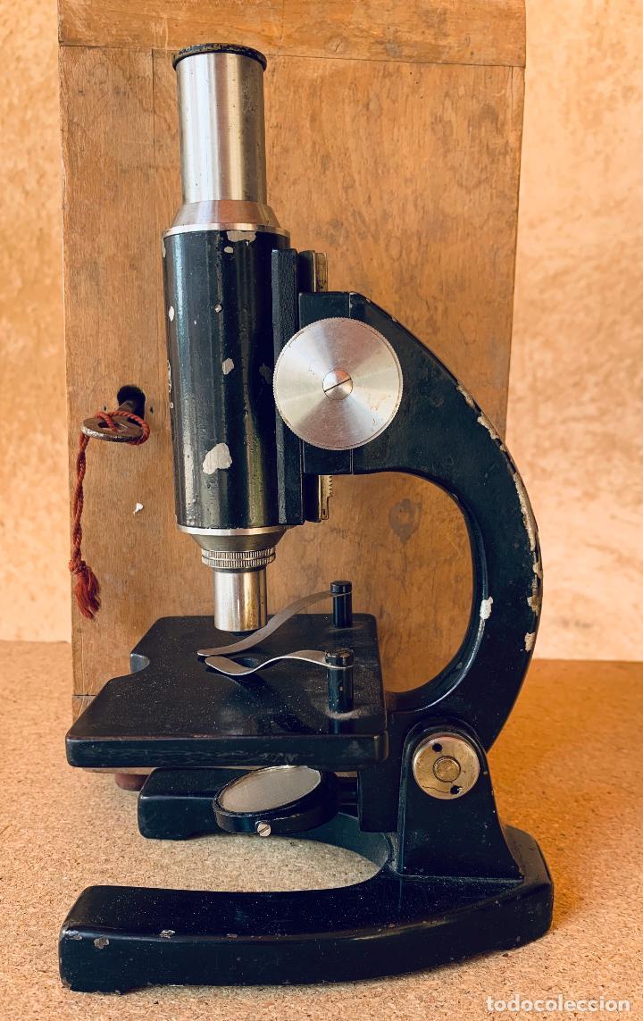 Antigüedades: ANTIGUO MICROSCOPIO TRIQUINOSCOPIO CON CAJA DE MADERA . ULLOA OPTICO . - Foto 3 - 203549920