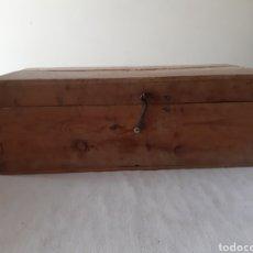 Antigüedades: ANTIGUA CAJA DE HERRAMIENTAS DE CARPINTERO EN MADERA CON VARIAS HERRAMIENTAS. Lote 203612953