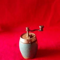 Oggetti Antichi: MOLINILLO RUSO DE PIMIENTA PINTADO EN AZUL. Lote 203629136
