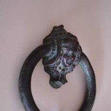 Antigüedades: BELLA ALDABA DE BRONCE. Lote 203810493