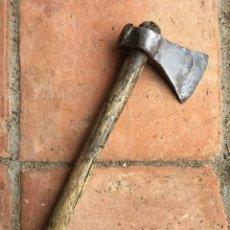 Antigüedades: HACHA MUY ANTIGUA REALIZADA EN FORJA CON MANGO DE MADERA - HERRAMIENTA, LEÑA, LEÑADOR, HIERRO.. Lote 203989081