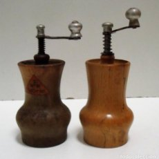 Antigüedades: DOS MOLINILLOS DE PIMIENTA MARCA WFW GLORIA. ALEMANIA DEL ESTE. CA. 1950/1970. Lote 204357636