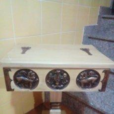 Antigüedades: ANTIGUO COSTURERO DE MADERA MACIZA CON TALLAS. Lote 204366148