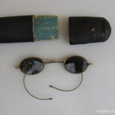 Antigüedades: ANTIGUAS GAFAS DE SOL EN SU FUNDA. BAÑO ORO. Lote 204462870
