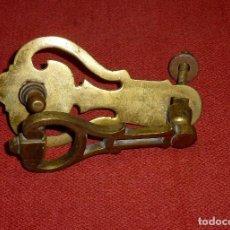 Antigüedades: ANTIGUA ALDABA DE BRONCE.COMPLETA.18 CM.. Lote 204471545