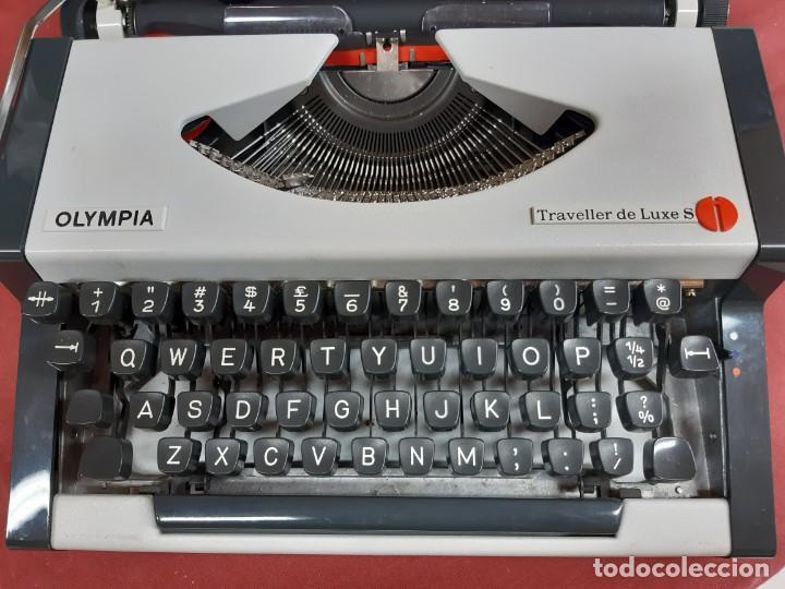 ANTIGUA MAQUINA DE ESCRIBIR MARCA OLYMPIA TRAVELLER DE LUXE PORTATIL CON MALETA VINTAGE (Antigüedades - Técnicas - Máquinas de Escribir Antiguas - Olympia)