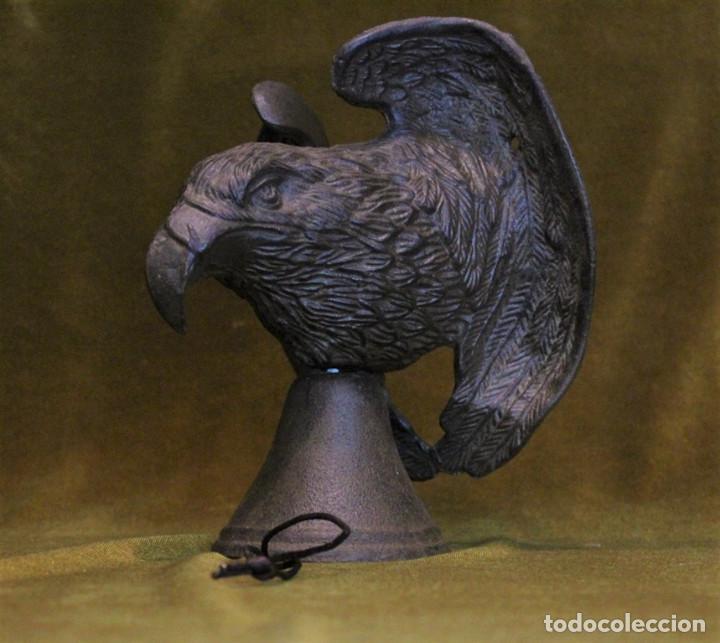 Antigüedades: Antiguo llamador de puerta,hierro fundido,figura de águila,con campana. - Foto 2 - 204628633