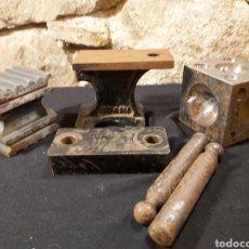 Antigüedades: ANTIGUO CONJUNTO DE HERRAMIENTAR DE JOYERO. TAS Y HORMAS. Lote 204641111
