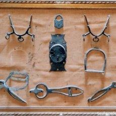 Antigüedades: PANEL CON DIVERSOS HIERROS, BOCADOS, ESTRIBOS. VER FOTOS. Lote 204730295