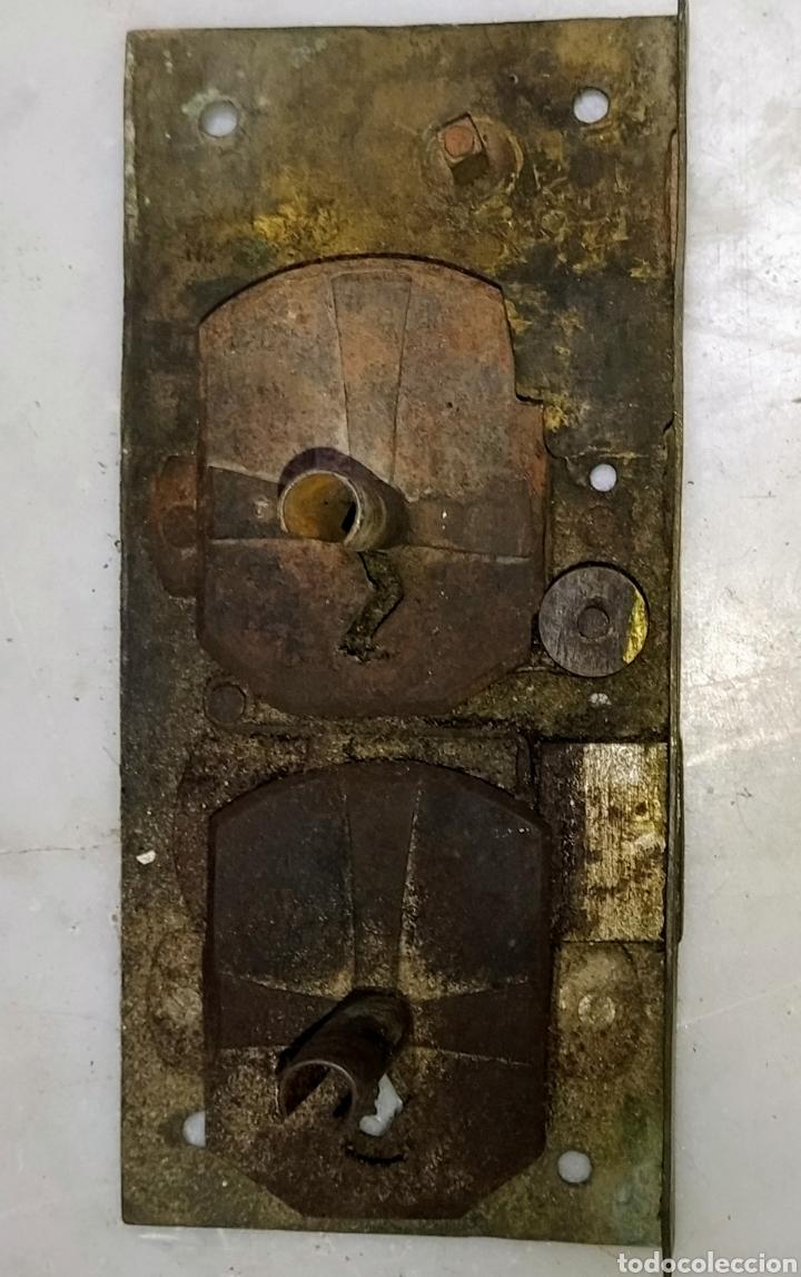 Antigüedades: Magnifica cerradura doble llave metal y hierro. Siglo XVIII. - Foto 2 - 204731572