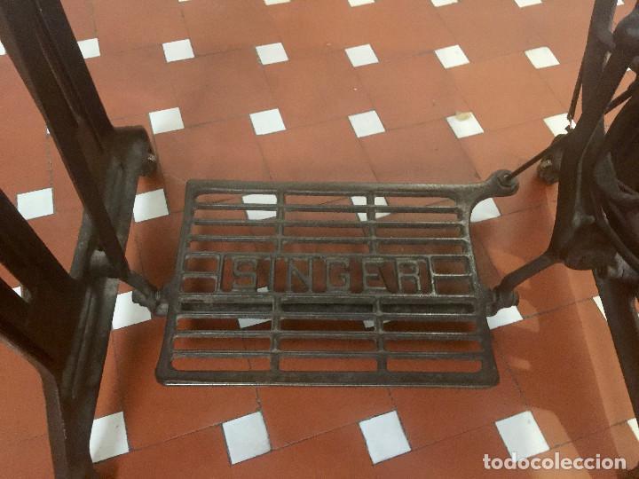 Antigüedades: MAQUINA DE COSER SINGER CON MESA DE MADERA Y PATAS FORJA VINTAGE 1900 FUNCIONA - Foto 10 - 204836838