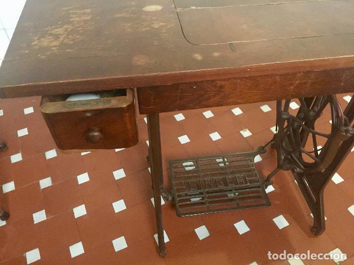 Antigüedades: MAQUINA DE COSER SINGER CON MESA DE MADERA Y PATAS FORJA VINTAGE 1900 FUNCIONA - Foto 20 - 204836838
