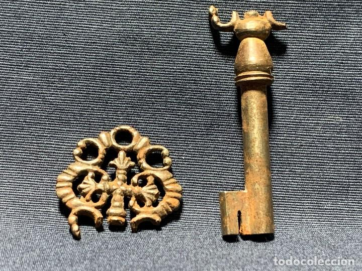 LLAVE DE ARQUILLA ARQUETA SACRISTIA IGLESIA CRUZ CALADA S XVIII HIERRO ROTA 65X25MM (Antigüedades - Técnicas - Cerrajería y Forja - Llaves Antiguas)