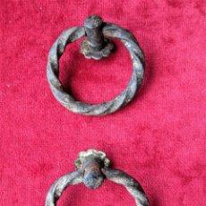 Antigüedades: PAREJA DE TIRADORES PARA BAUL, CAJÓN O PUERTA EN HIERRO FORJADO. Lote 205241021