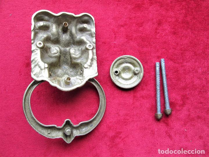 Antigüedades: ALDABA EN BRONCE, FORMA DE CABEZA DE LEÓN CON TU TOC TOC Y TORNILLOS EN PERFECTO ESTADO MIDE 19 X - Foto 4 - 205262256