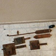Antigüedades: LOTE TRES CERRADURAS Y DOS PESTILLOS ANTIGUOS. Lote 205294172