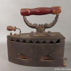 Antigüedades: PLANCHA DE HIERRO Y MADERA. 1900 - 1920 (BRD). Lote 205325797