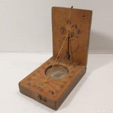 Antigüedades: ANTIGUA BRÚJULA RELOJ DE SOL EN MADERA. Lote 205354498