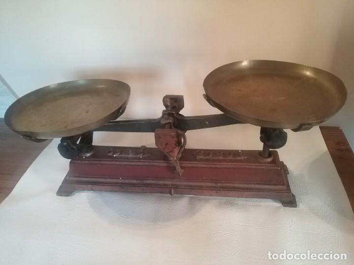Antigüedades: Preciosa balanza color marrón con cuerpo metálico y con platos de latón marca FORCE 10KG - Foto 2 - 205365145