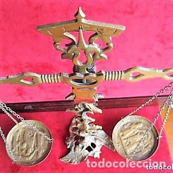 MARAVILLOSA BALANZA DE BRONCE MACIZO CON DECORACIÓN VEGETAL Y RELIEVES MEDIEVALES (Antigüedades - Técnicas - Medidas de Peso - Balanzas Antiguas)