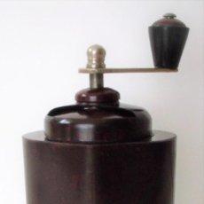 Antigüedades: ESCASÍSIMO MOLINILLO DE CAFÉ DE BAQUELITA MARCA ARMIN TRÖSSER. ALEMANIA. CA. 1920. Lote 205574047