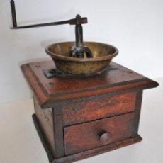 Antigüedades: MUY ANTIGUO MOLINILLO DE CAFÉ ARTESANAL EN MADERA DE NOGAL. FRANCIA. CA. 1750/1800. Lote 205588352
