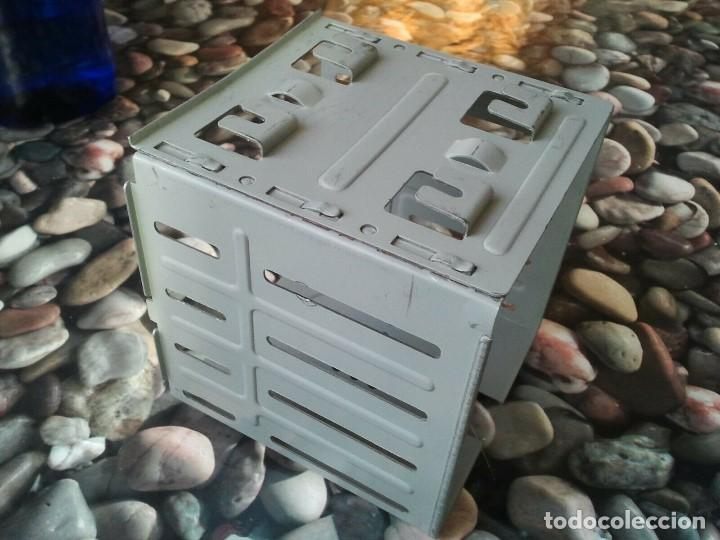 Antigüedades: Antigua caja soporte interior para disqueteras de 3 1/2. Excelente estado - Foto 5 - 205670422