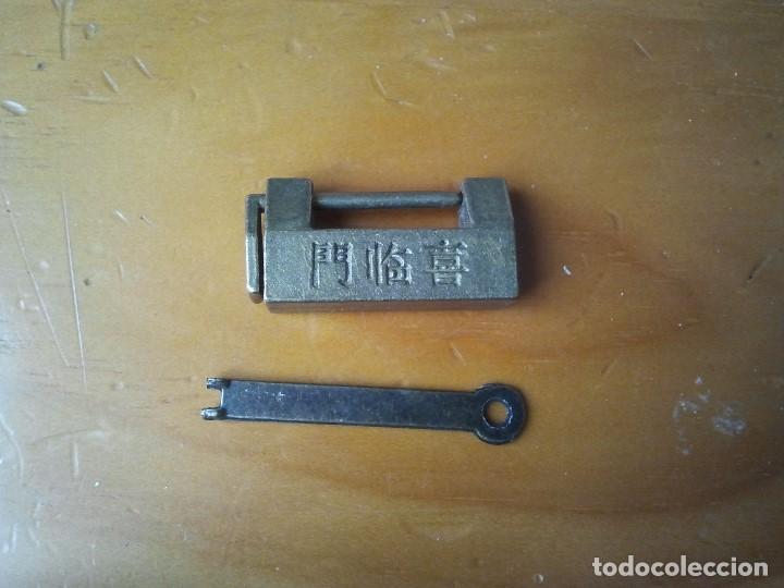 Antigüedades: Raro candado metálico con una extraña llave. Es metálico y tiene un bonito grabado. Cerrojo de segur - Foto 3 - 205731660