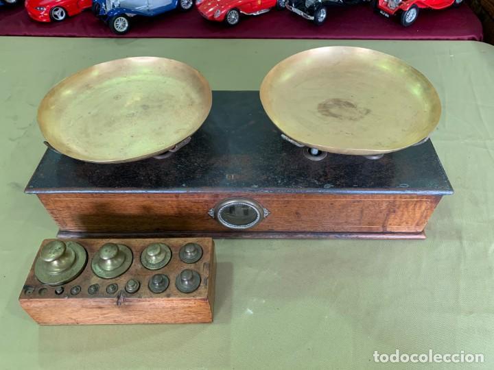 ANTIGUA BALANZA EN MADERA Y LATON CON JUEGO DE PESAS DEL AÑO 1896. (Antigüedades - Técnicas - Medidas de Peso - Balanzas Antiguas)