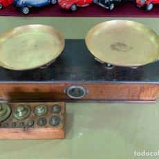 Antigüedades: ANTIGUA BALANZA EN MADERA Y LATON CON JUEGO DE PESAS DEL AÑO 1896.. Lote 205739297