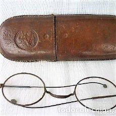 Antigüedades: MUY ANTIGUAS GAFAS CON LAS LENTES EN BUEN ESTADO, FUNDA DE CUERO GRUESO REPUJADO LEON JD 11. Lote 84310200