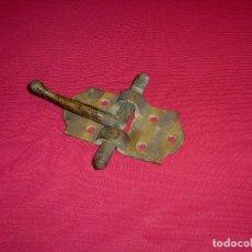 Antigüedades: ANTIGUO PESTILLO DE BRONCE MACIZO Y BUEN GROSOR.. Lote 206407205