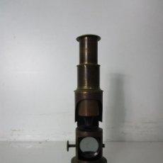Antigüedades: MICROSCOPIO DE CAMPO - LATÓN - DESMONTABLE, ROSCAS PERFECTAS - CIRCA 1890-1920. Lote 206603650