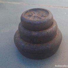 Antigüedades: JUEGO DE PESAS DE HIERRO, IMPERIAL, 2LB A 8OZ, DIAMETRO 5 A 9CM APROX. Lote 206815520