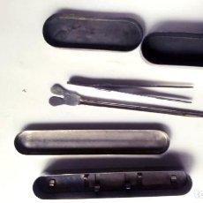 Antigüedades: CAJA DE METAL PARA JERINGUILLA Y ALGÚN OTRO ACCESORIO. Lote 206830965