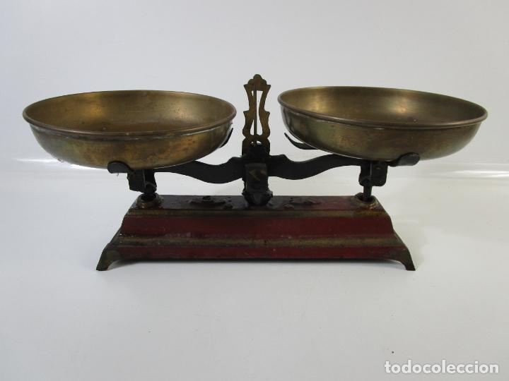 Antigüedades: Curiosa Balanza - Bascula de 3 Kg - Hierro y Platos de Latón - con Pesas - de Antigua Tienda. - Foto 3 - 206906120