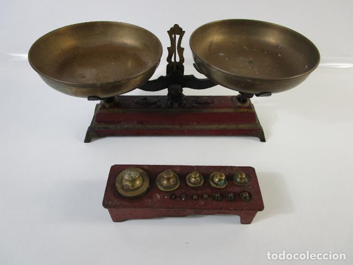 CURIOSA BALANZA - BASCULA DE 3 KG - HIERRO Y PLATOS DE LATÓN - CON PESAS - DE ANTIGUA TIENDA. (Antigüedades - Técnicas - Medidas de Peso - Balanzas Antiguas)