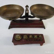 Antigüedades: CURIOSA BALANZA - BASCULA DE 3 KG - HIERRO Y PLATOS DE LATÓN - CON PESAS - DE ANTIGUA TIENDA.. Lote 206906120