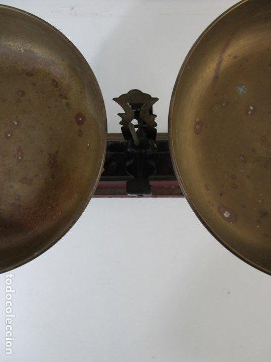 Antigüedades: Curiosa Balanza - Bascula de 3 Kg - Hierro y Platos de Latón - con Pesas - de Antigua Tienda. - Foto 9 - 206906120