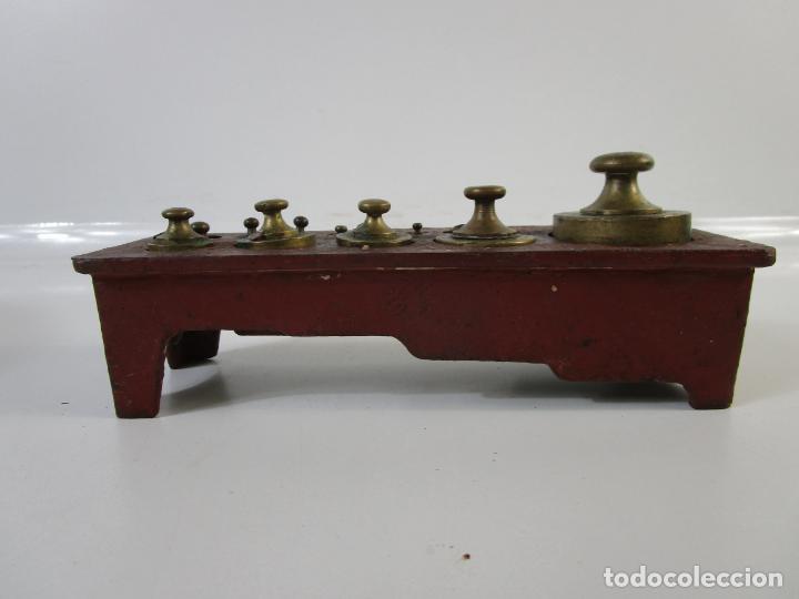 Antigüedades: Curiosa Balanza - Bascula de 3 Kg - Hierro y Platos de Latón - con Pesas - de Antigua Tienda. - Foto 18 - 206906120