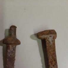 Antigüedades: DOS ANTIGUOS CLAVOS DE HIERRO MACIZOS. MUY ANTIGUOS, UNO ES UN PEQUEÑO YUNQUE. Lote 207028131