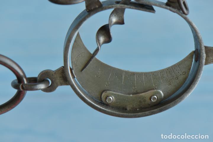 Antigüedades: PESA DE TRAPERO MEDIALUNA DE 28 CM DE LARGO. ESCALA DE HIERRO MARCA REBURE - Foto 3 - 207051557