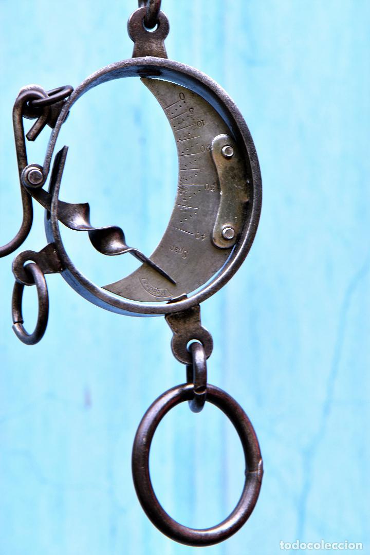 Antigüedades: PESA DE TRAPERO MEDIALUNA DE 28 CM DE LARGO. ESCALA DE HIERRO MARCA REBURE - Foto 4 - 207051557